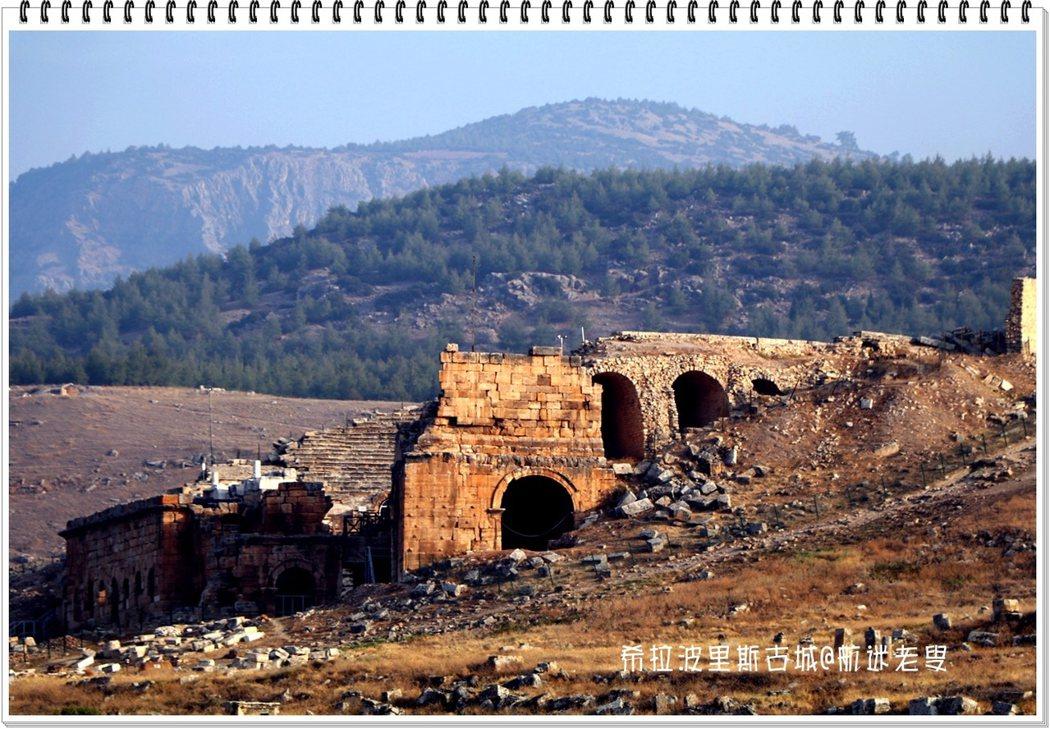 從山下慢慢的接近古城遺跡,可以感受陽光在這古城廢墟上移動的那種光影變化的美。