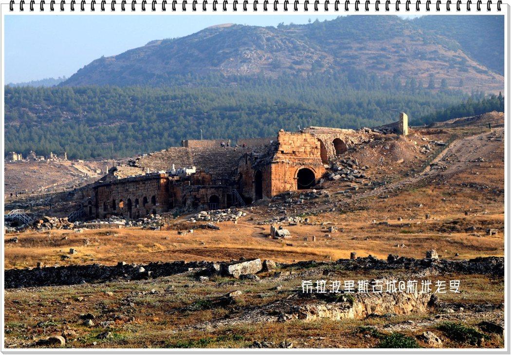 看到這片廢墟,一座城市的消失,對於歲月的滄桑,誰又能奈何?殘破斷牆,坍塌石柱,散亂石堆,橫倒豎臥,東倒西歪......