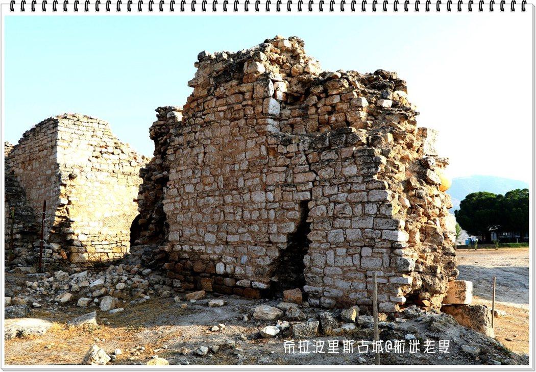 這片城牆護衛着這曾經輝煌的城市,如今的廢墟。