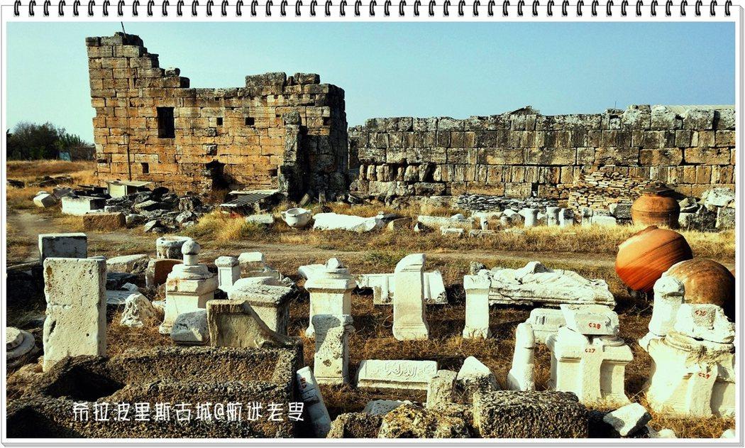 古城的廢墟都是用大理石塊堆砌而成,雕刻精緻的大理錯落在遼闊的荒野上,更顯出歲月的荒涼。