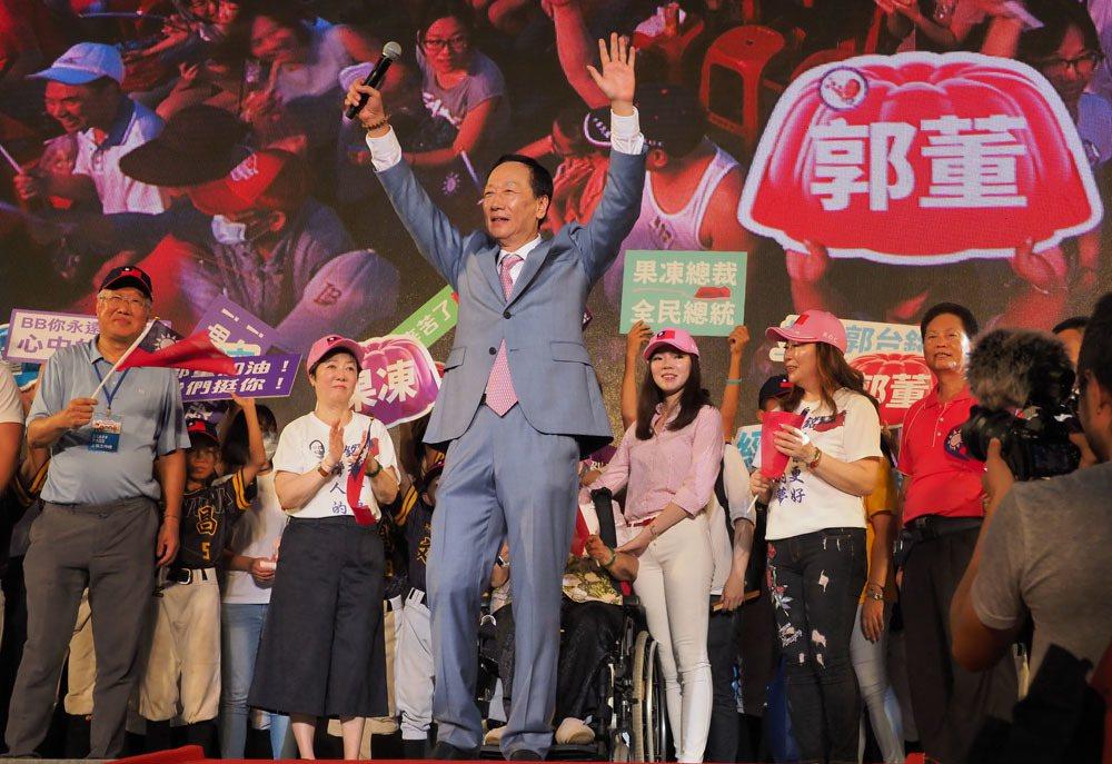 郭台銘(中)並不急著宣布參選總統。攝影/林瑞慶