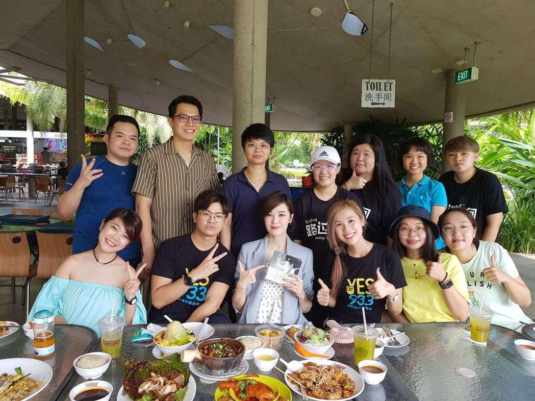 郁可唯(前排左三)和歌迷相見歡。圖/華研提供