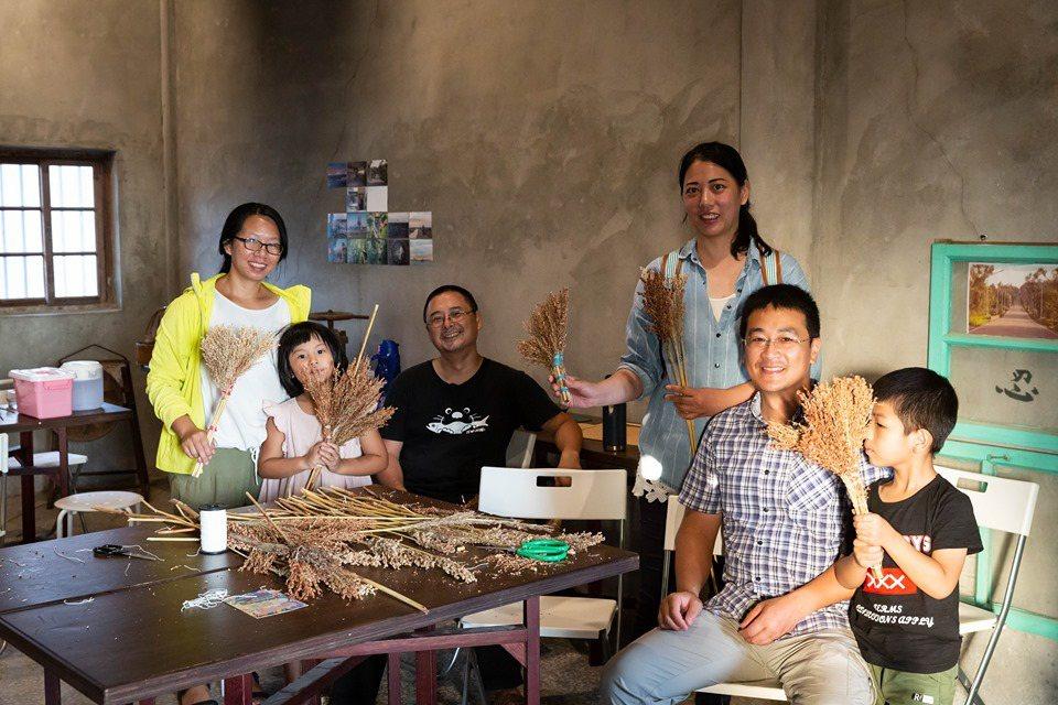 縣議員董森堡(右二)與烈嶼西方社區在地農友和返鄉青年,今年首度舉辦「落穗季」,讓...