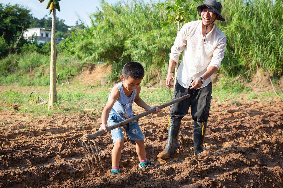 烈嶼地區日前舉辦一場「落穗季」活動,吸引20多名親子報名參加,小朋友在農友的指導...