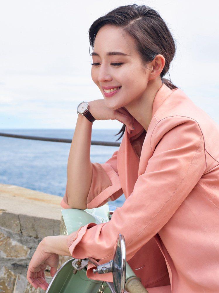 女星張鈞甯擔任IWC品牌大使配戴全新柏濤菲諾34毫米系列女表。圖/萬國表提供