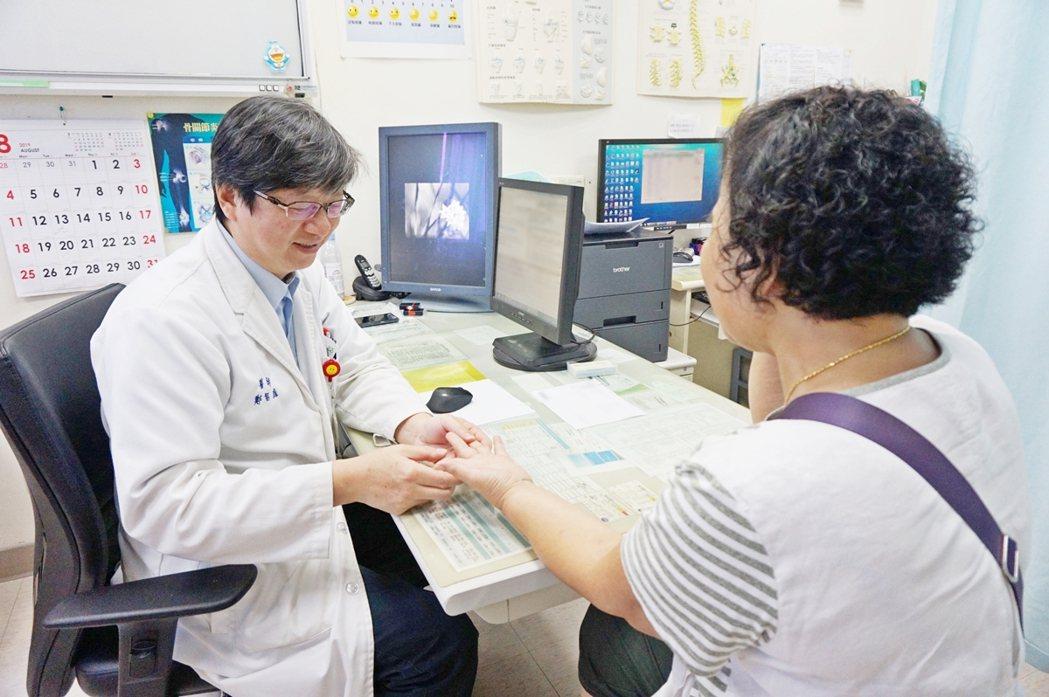 新竹馬偕骨科主任鄭智庭醫師,正在為病患檢查手部肌腱是否能正常彎曲。新竹馬偕/提供