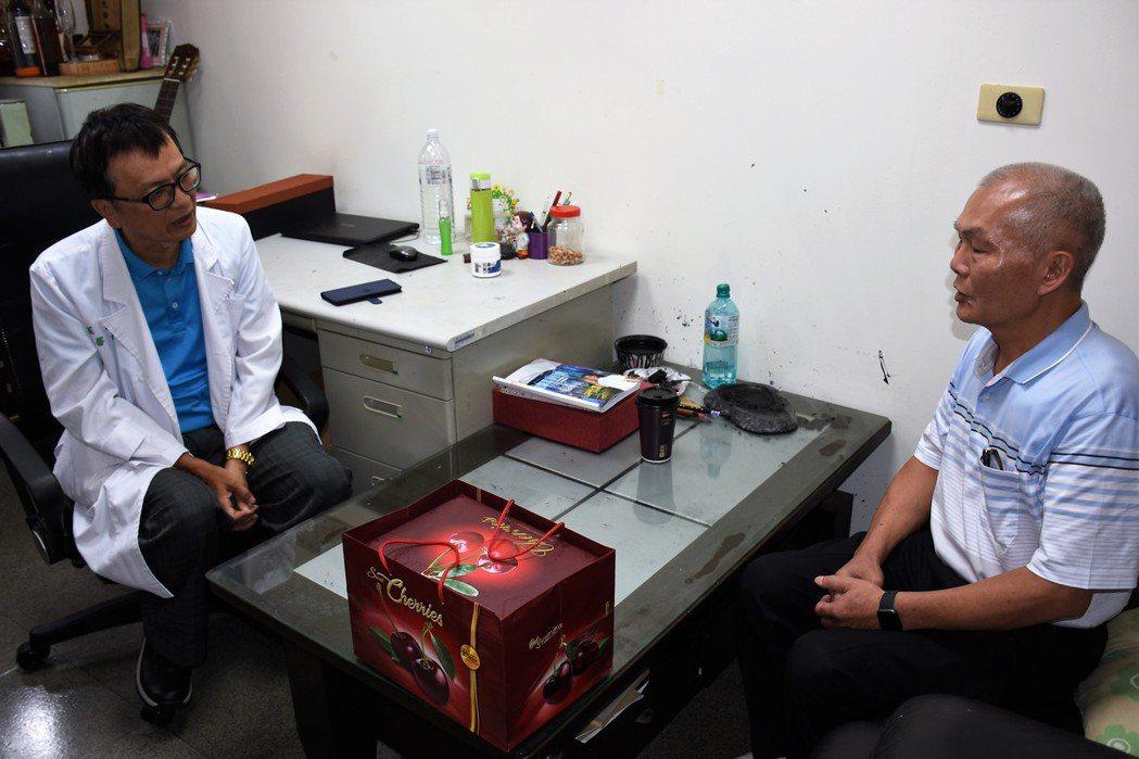 台中市民郭金池(右)上月到台南打高爾夫球,疑因心肌梗塞在球場上昏倒,一度失去心跳...