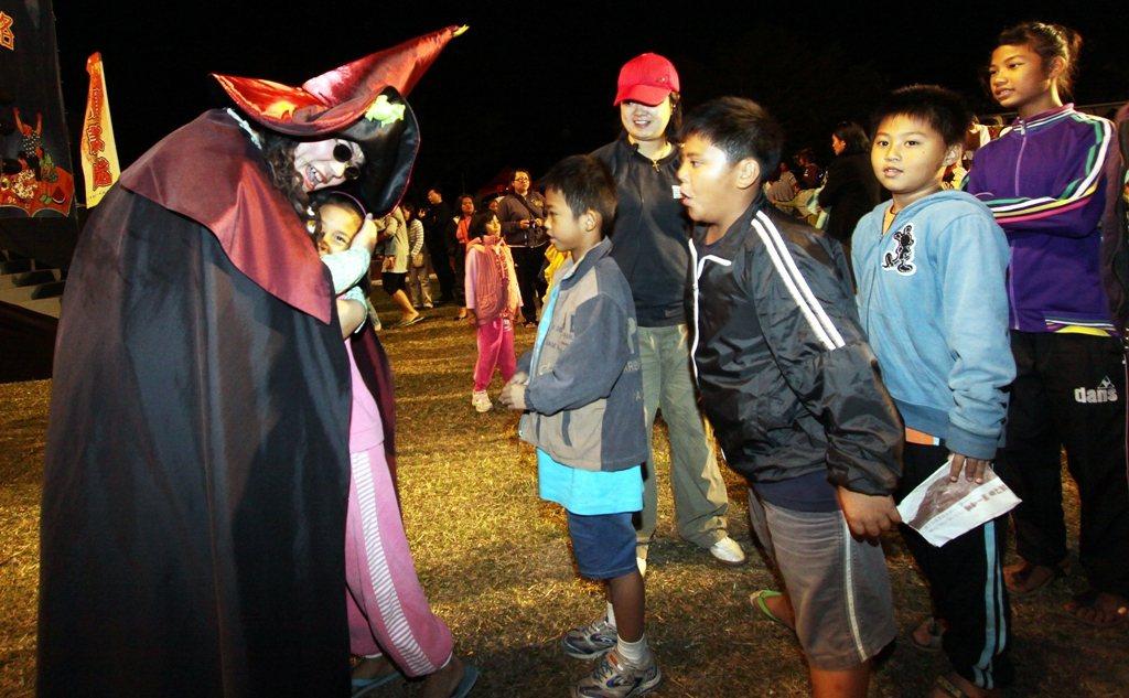 紙風車劇團13年來服務148萬名孩子。圖為在台東演出,小孩沒有相機,巫頂用擁抱代...