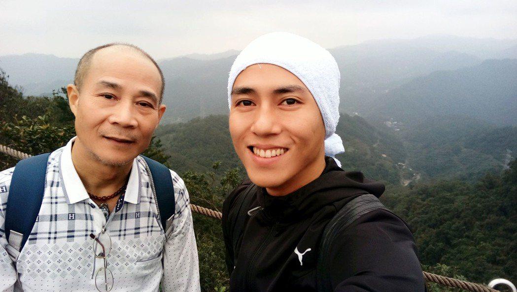 莊凱勛(右)與爸爸。圖/凱渥提供