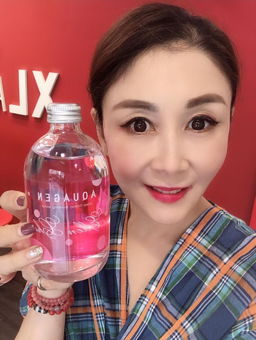 曲艾玲開心秀出自己設計的瓶裝水。艾迪昇傳播提供
