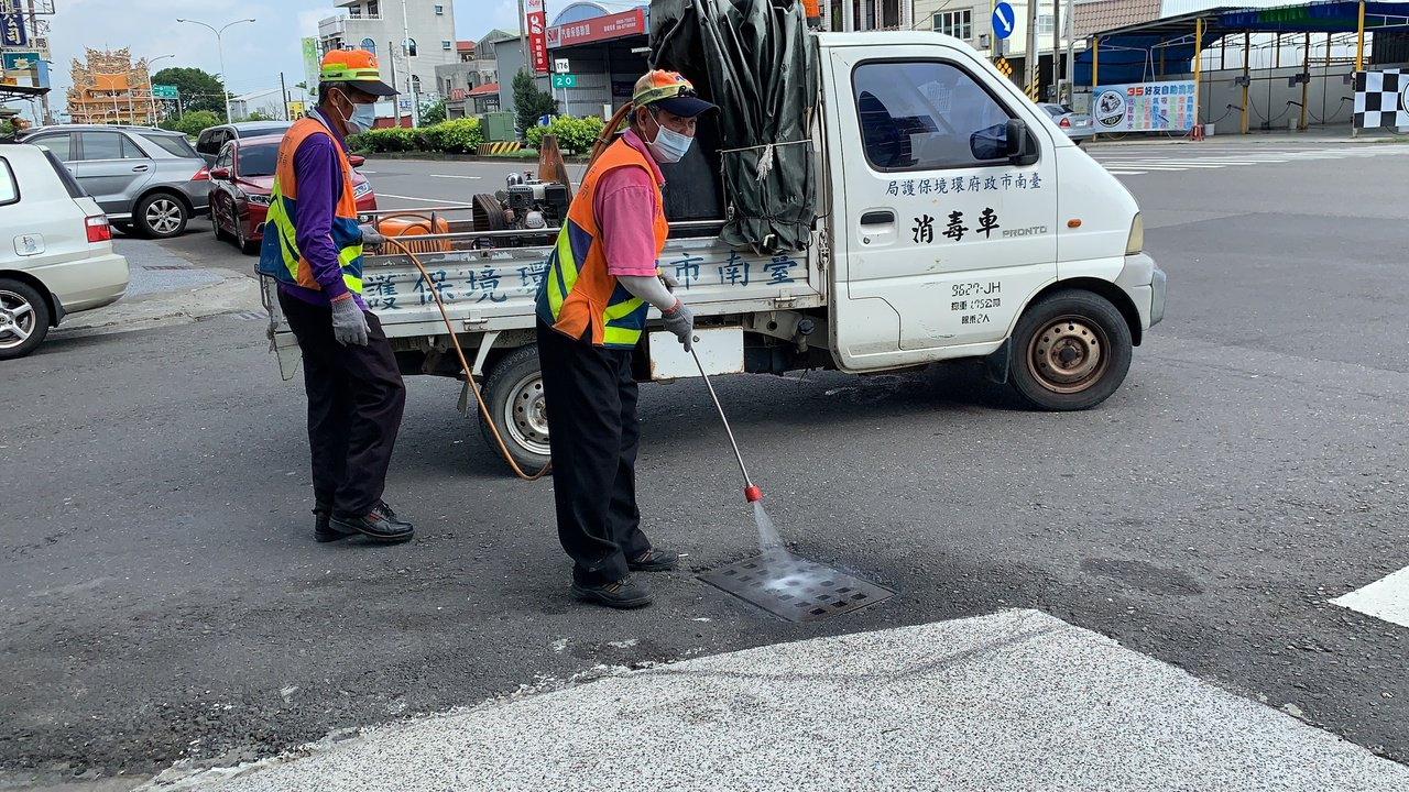 台南市一名國三學生從越南探親返台後發燒,確診為境外登革熱,相關單位今天在住家附近...