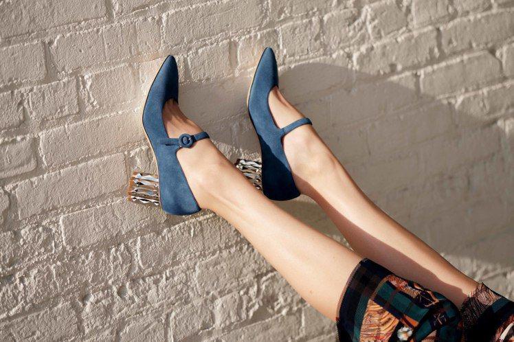 ORTENSIA深藍色鑽石跟羊麂皮皮鞋,28,900元。圖/Salvatore ...