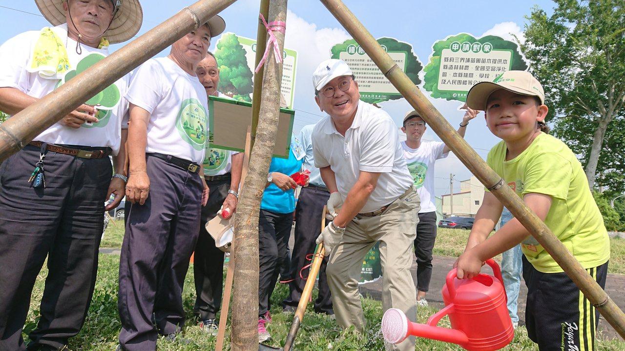 立委陳明文今天也到場種樹。記者卜敏正/攝影