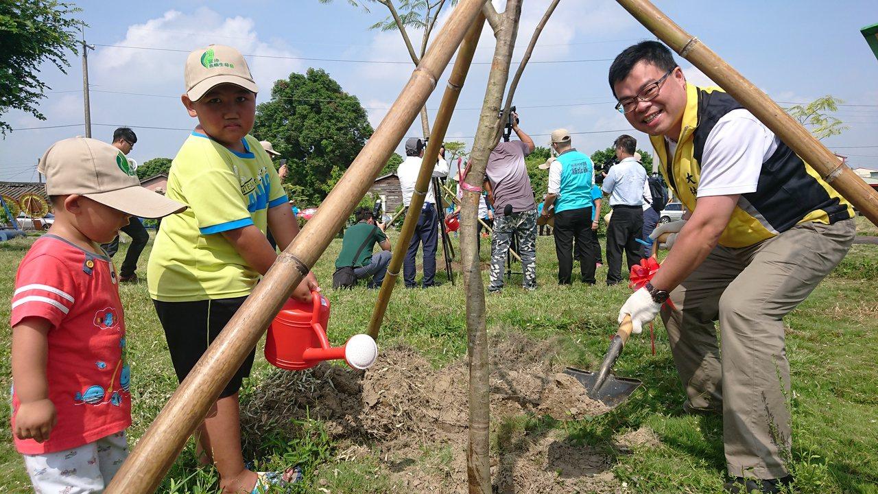大林鎮長簡志偉,帶著小朋友一起種樹。記者卜敏正/攝影