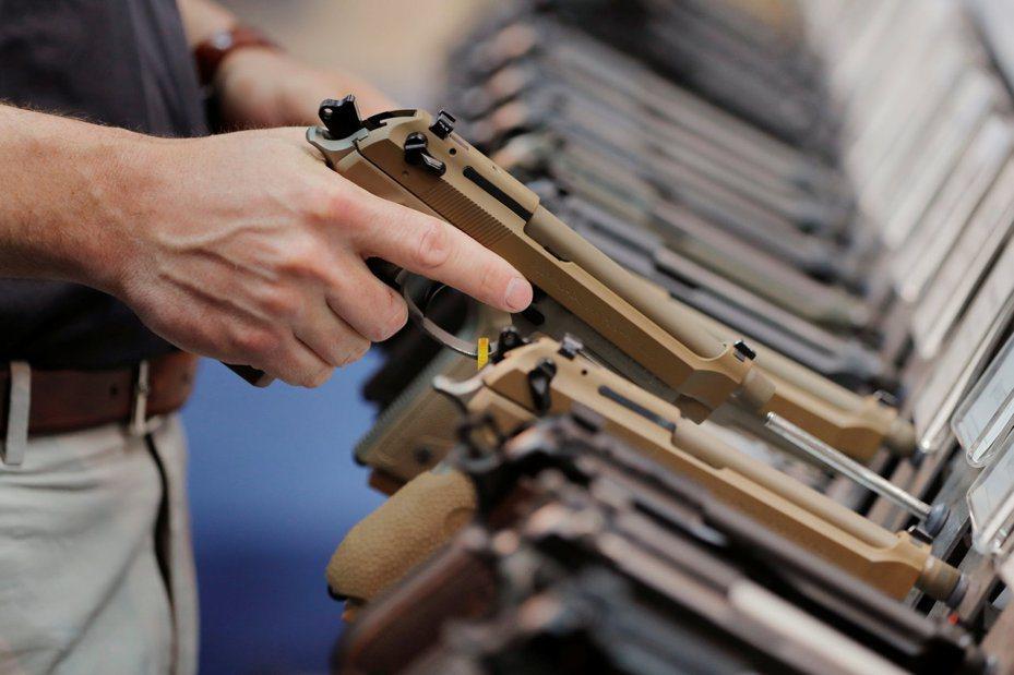 美國賓州一男子販賣從聯邦偷來的槍枝被起訴,圖中的槍與新聞無關。路透