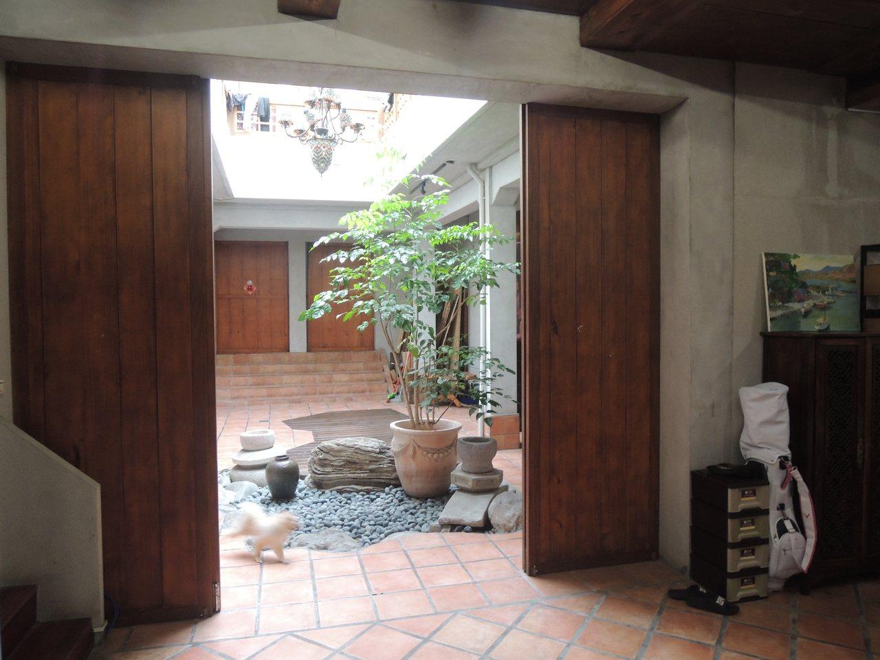 80年老屋有天井採光,木製門窗古色古香。記者王思慧/攝影