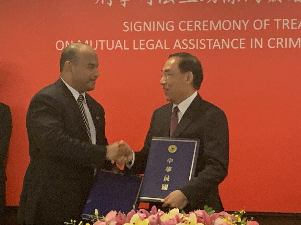 法務部長蔡清祥與諾魯司法部長David Adeang簽刑事司法互助條約。記者王聖...