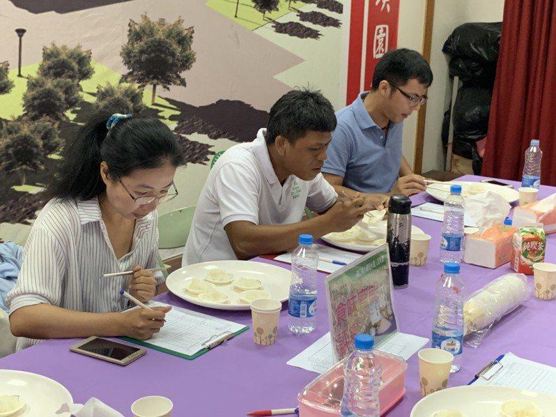 湖口鄉農會今天舉辦台灣稻米達人冠軍賽,評審依據外觀的米粒飽滿度、粒型均勻與光澤度,以及氣味、口感、黏彈性等品評。記者陳斯穎/攝影