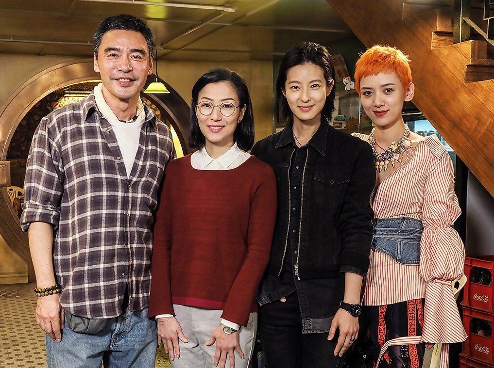 鍾鎮濤與三名戲中女兒合照。圖/華映提供