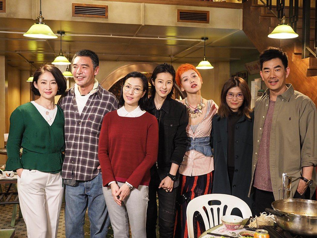 左起劉瑞琪、鍾鎮濤、鄭秀文、賴雅妍、李曉峰、麥曦茵導演、任賢齊。圖/華映提供