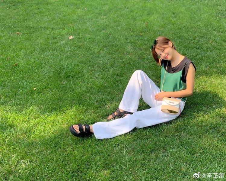 辛芷蕾以Chloé Aby Lock特別款迷你鎖頭包搭出帥氣自然風。圖/取自微博