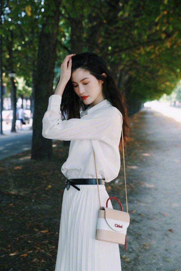何穗以白襯衫、百褶裙搭襯Chloé Aby Lock特別款迷你鎖頭包,像純愛電影...