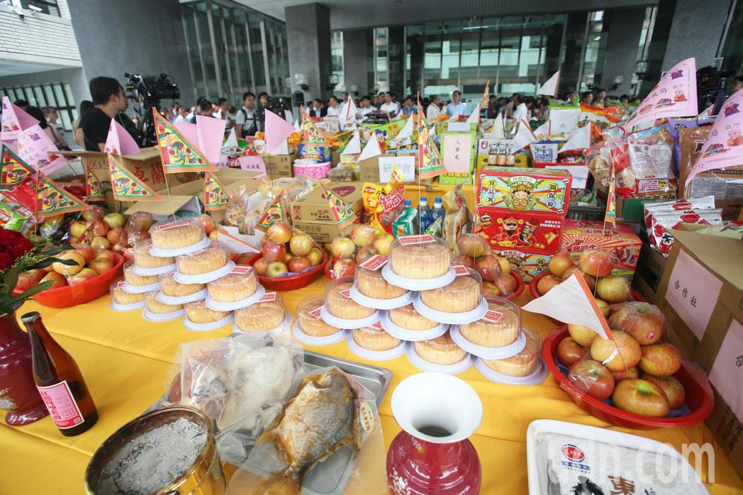 每當農曆7月,不少公司都會舉辦中元普渡拜拜。圖/聯合報系資料庫,記者劉學聖攝影