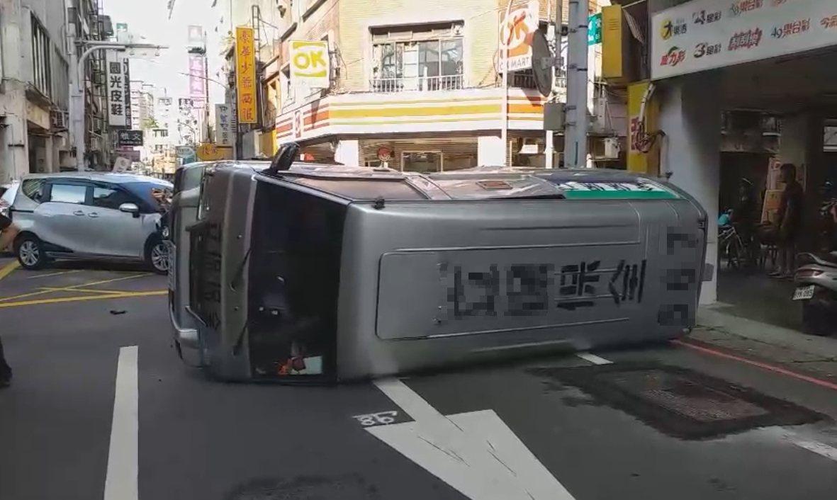 保全箱型車遭撞翻。圖/警方提供