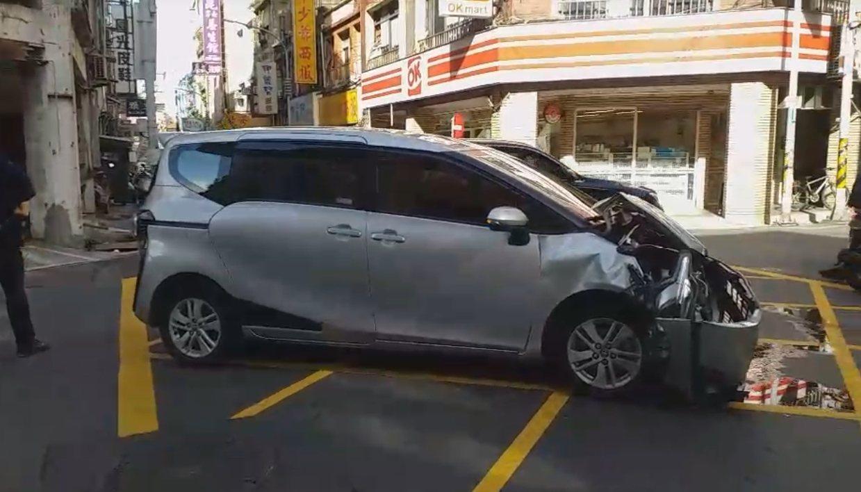 楊男的自小客車頭嚴重毀損。圖/警方提供
