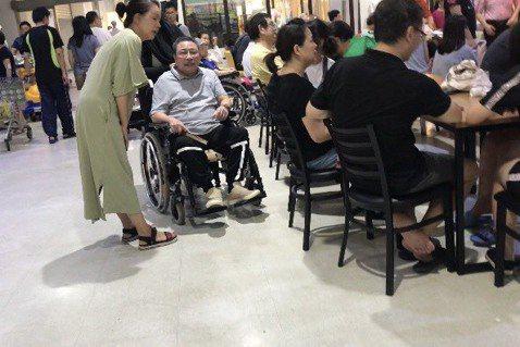 直擊78歲的陳松勇坐輪椅、手執摺扇逛家樂福,照顧他的印尼藉傭人推著他滿場飛,椅背上掛的不是他嗜喝的高梁,而是泡好的茶罐。端午節他出席華視辦的餐會也坐輪椅,是否再也站不起來了?他說:「我腿沒事,是腰椎...