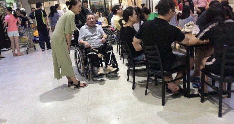 陳松勇在人來人往的家樂福遇見多年好友林玉紫。記者葉君遠/攝影