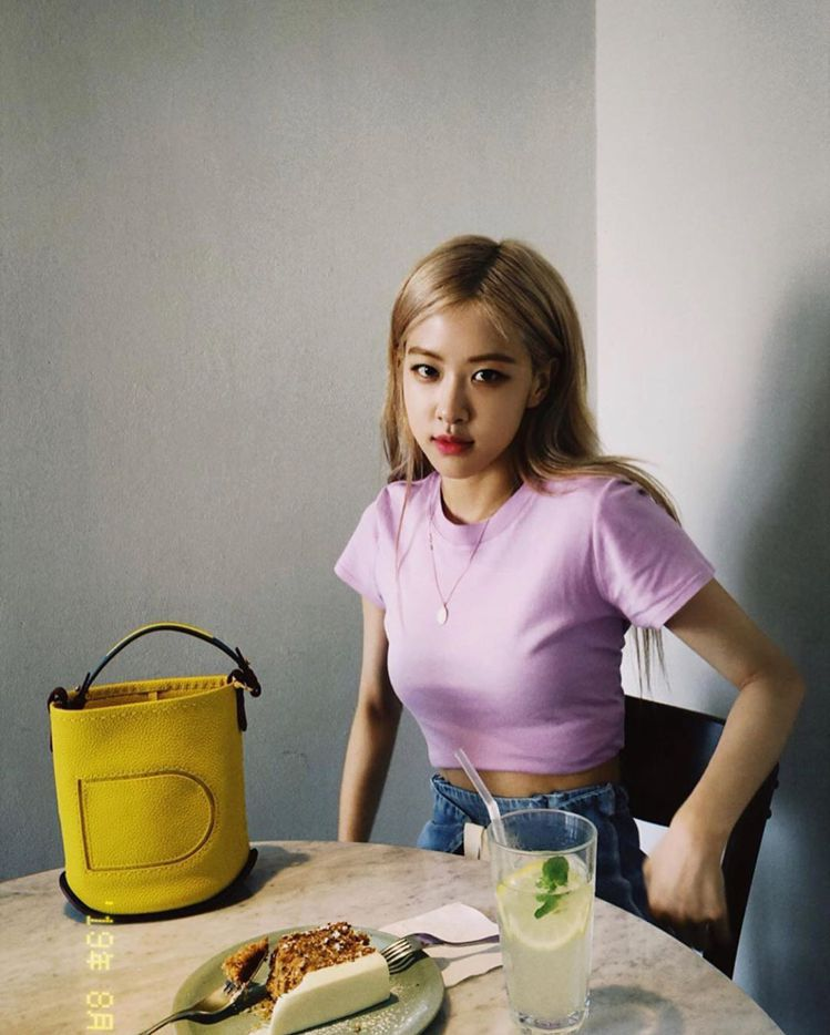 BLACKPIN主唱Rosé選用Pin芒果黃Mini Bucket手拿提袋,售價...