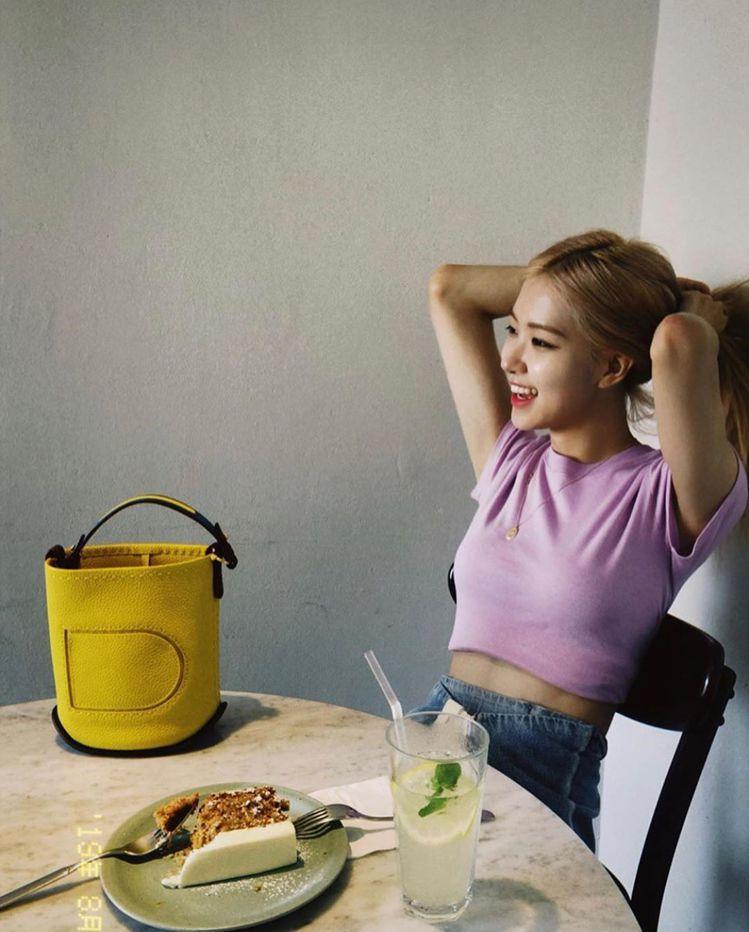 BLACKPIN主唱Rosé拍攝網美午茶照,配襯Pin芒果黃Mini Bucke...