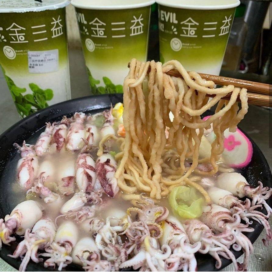 茶飲店賣「小卷鍋燒意麵」用料豐盛。IG @tainanfoodnews、@tai...