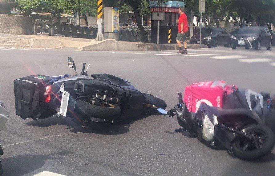 基隆市Foodpanda外送機車和Uber Eats外送機車發生車禍,兩輛機車倒...