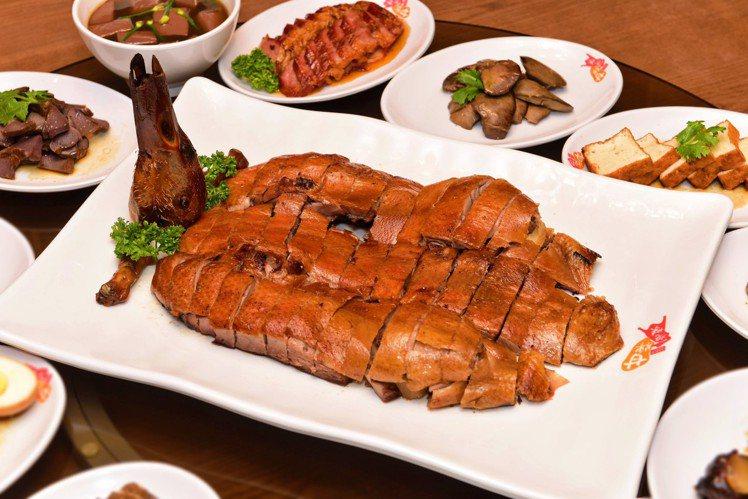 「琵琶鴨」因外型像琵琶而得其名,半隻980元,全隻1,880元。圖/甘牌燒味提供