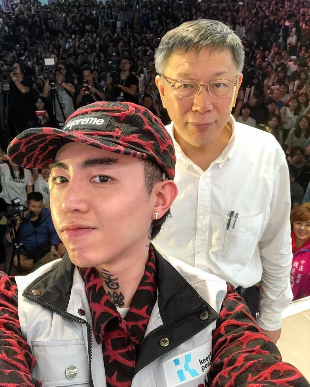 謝和弦(左)多次表態挺台北市長柯文哲。圖/摘自IG