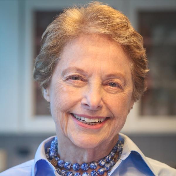 Mimi Sheraton是《紐約時報》第一位女性餐廳評論人,任期為1975至1...