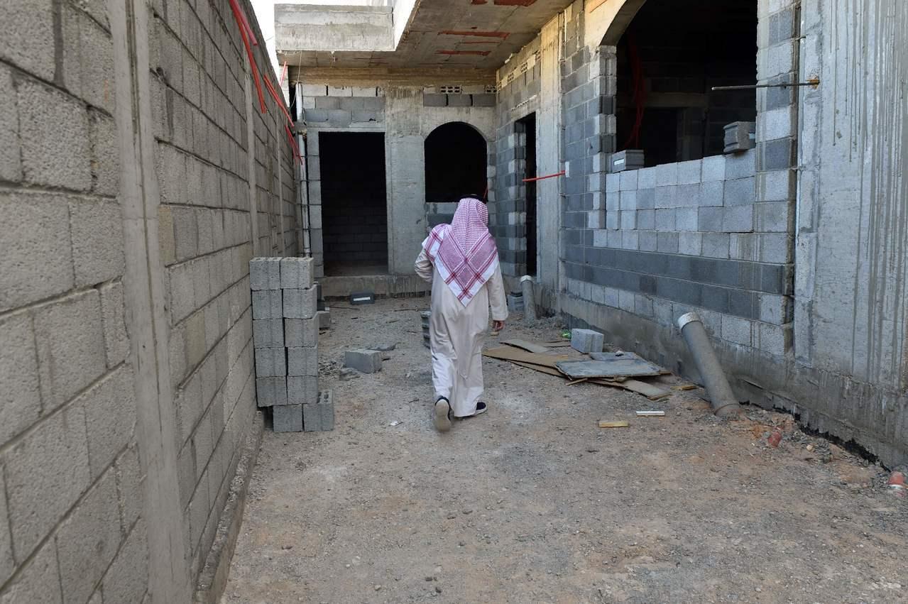 沙國民眾檢查房子興建進度。 (法新社)