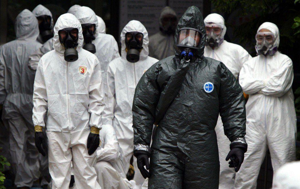 2003年SARS爆發,和平醫院進行大消毒。 圖/聯合報系資料照片