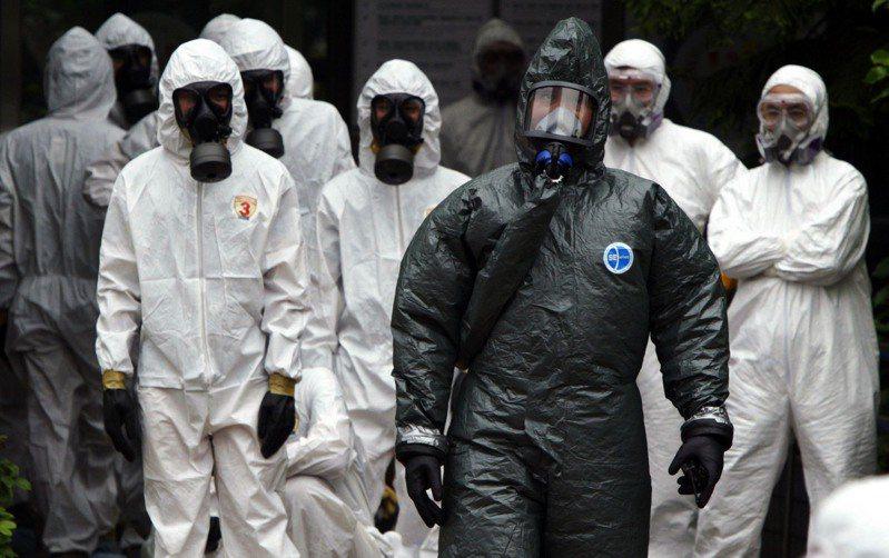 武漢肺炎病毒可能人傳人,台灣專家評估,新型冠狀病毒的傳染力跟SARS不同,但不能掉以輕心。圖為2003年SARS爆發,台北市和平醫院進行大消毒。  圖/聯合報系資料照片