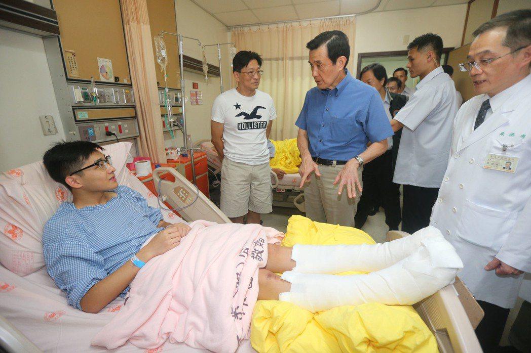 2015年八仙樂園粉塵爆意外,馬英九總統(左三)到台北榮總探視傷患。 圖/聯合報...