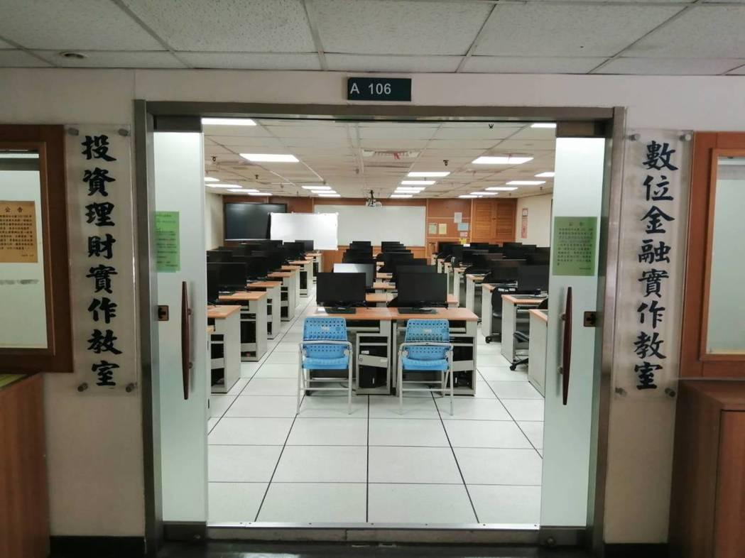 德明科大設有數位金融實作教室及投資理財實作教室。 德明/提供
