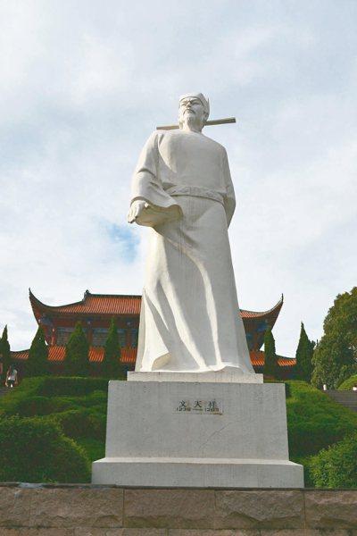 文天祥紀念館,矗立浩然正氣的文天祥雕像。 特派員王玉燕/攝影