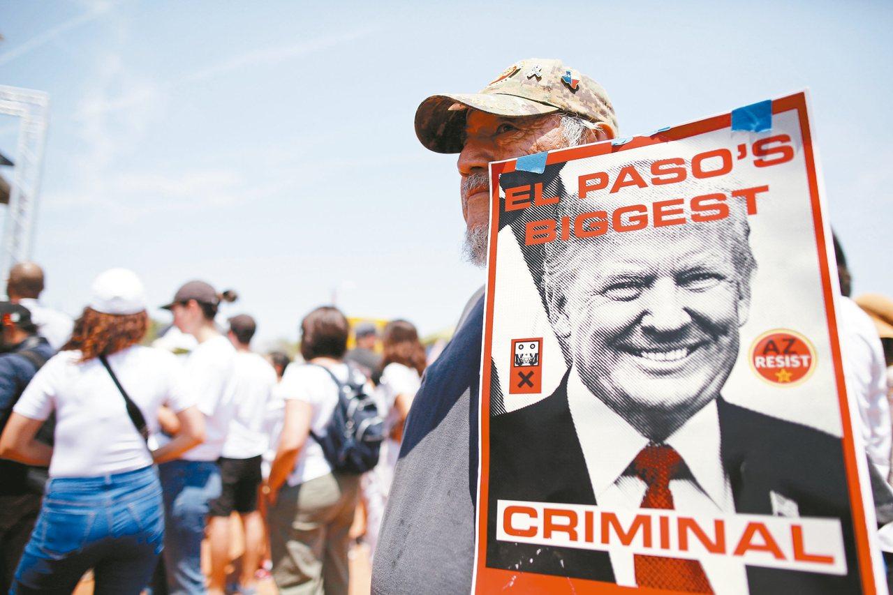 美國總統川普訪問德州艾爾帕索,一名男子手舉川普照片抗議。照片上的文字說,「艾爾帕...