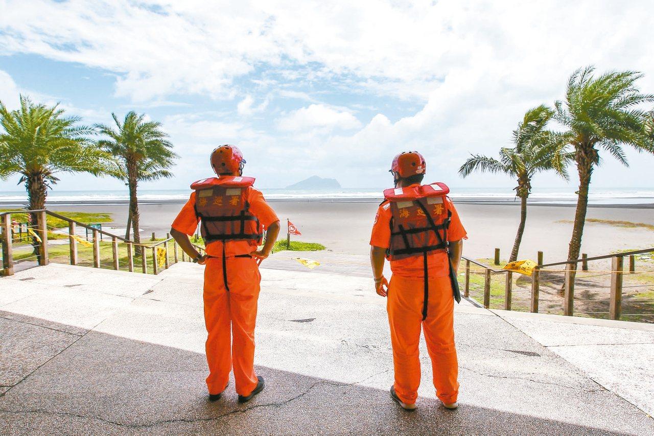 強颱利奇馬來襲,宜蘭烏石港外澳海灘實施管制,禁止遊客入內戲水衝浪,海巡署人員在...