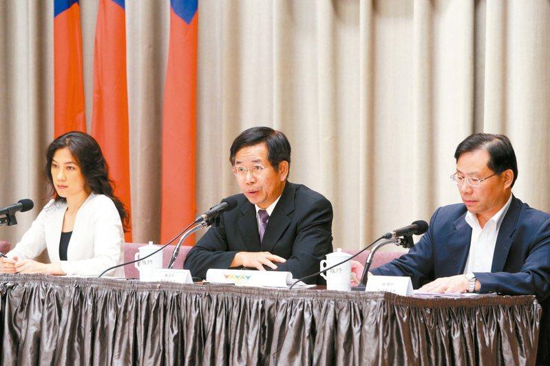 教育部長潘文忠(中)對新課綱文白比和去中國化進行釋疑。 記者邱德祥/攝影