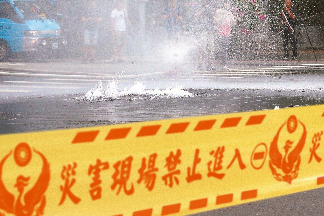 台中市南區南平路及高苑路口,因為受到宜蘭強震影響,水管及瓦斯管破裂。 記者黃仲...
