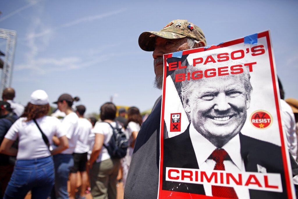 總統川普探望傷者,但所經街道聚集不滿抗議群眾,直呼「不歡迎川普式仇恨、種族主義」...