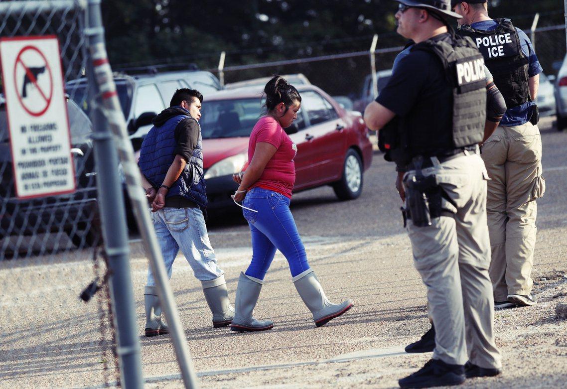 美國移民及海關執法局(ICE)7日在南方的密西西比州,發動非法移工大搜捕,同步於...